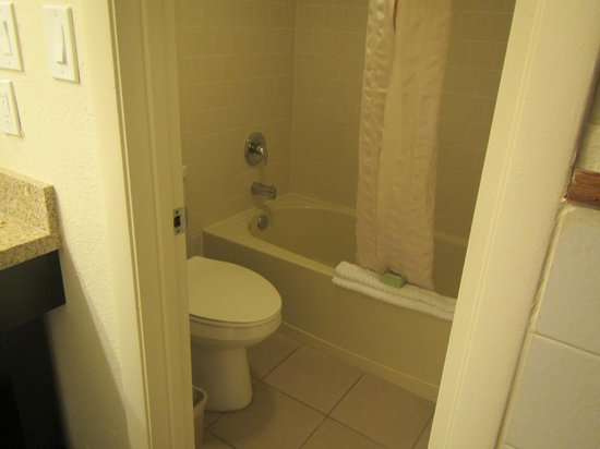 Avanti International Resort : small bathtub