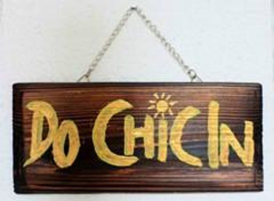 Do Chic In: Signage