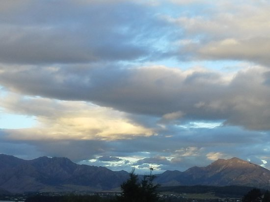 Wanaka Kiwi Holiday Park & Motels : view in the evening of spectacular skies