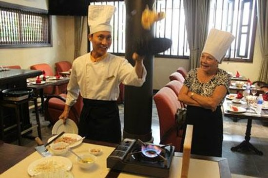 Little Hoian Boutique Hotel & Spa: Danny flipping pan cake