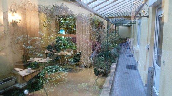 Hôtel Muguet : Blick aus dem Frühstücksraum in den Garten