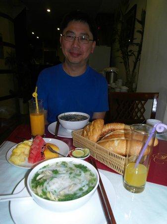 Hanoi Charming 2 Hotel: Breakfast on bottom floor