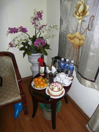 Hanoi Charming 2 Hotel: In room, welcoming bottles of water, tea coffee and fruit basket.