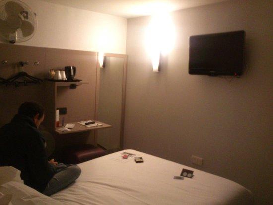 Libertel Canal Saint-Martin : Sin armarios, un mueble con perchas y alguna estantería, suficiente para una estancia corta de 4