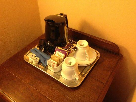 Hotel Caravaggio : kettle con té e tisane