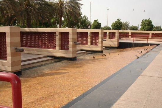 Al Manzel Hotel Apartments: Gardens opposite the Corniche