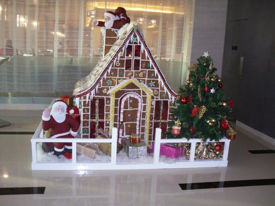 Park Arjaan by Rotana Abu Dhabi: Gingerbread house in the foyer