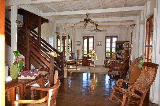 L entrée de la maison coloniale et bureau photo de le jardin