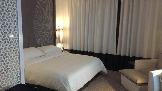 Vida Downtown Dubai: King bed with large pillows <3