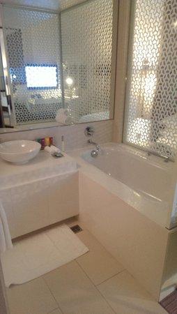 Vida Downtown Dubai: Separate bathtub facing away from tv