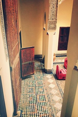 Hotel & Spa Riad Dar Bensouda: Blick aus dem Zimmer in den Innenraum des Riads