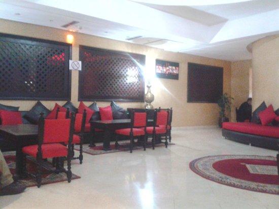 New Farah Hotel: Lobby-Shisha bar on other side where tv shining through