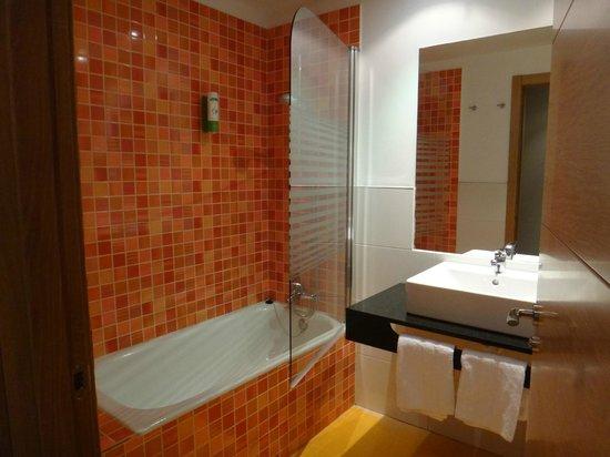Hotel Balneario Areatza: baño de la habitación
