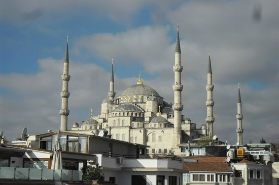 Hippodrome Hotel: View of Blue Mosque from sister hotels roof terrace