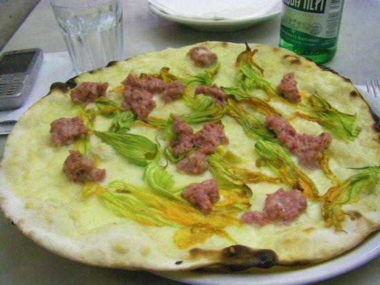 Pizzeria Ai Marmi: pizza romana (sottile, enorme e croccante,non ci ...