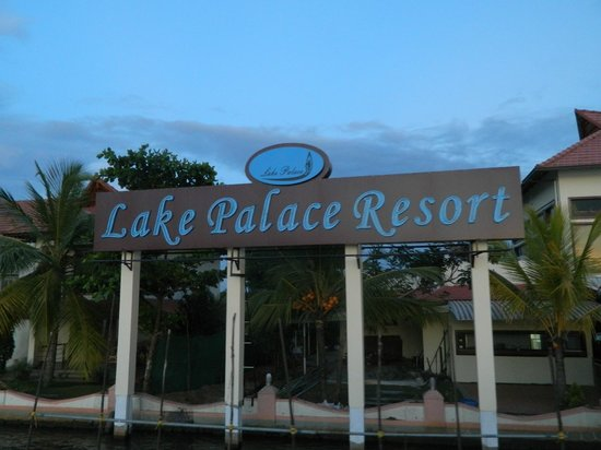 Lake Palace Resort: Approach to the resort from the lake