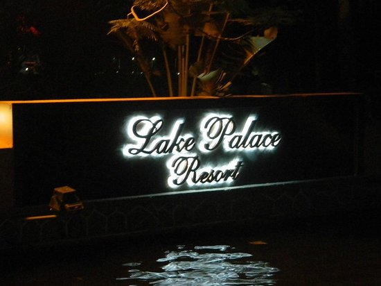 Lake Palace Resort: House boat docking area