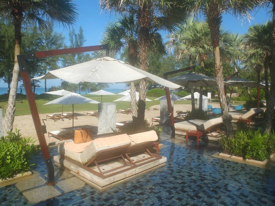 Anantara Mai Khao Phuket Villas: Sunbeds in the pool