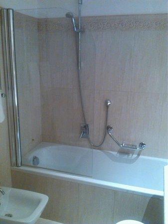 Vasca da bagno con doccia   picture of hotel atlantic palace ...