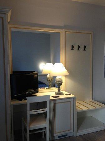 Hotel Azzi - Locanda degli Artisti : Dettaglio camera #2
