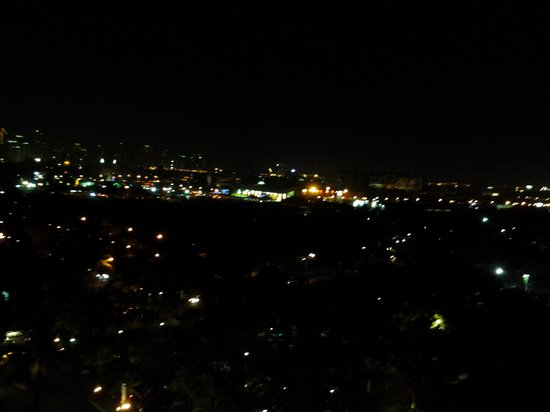 Sofitel Philippine Plaza Manila: EVENING VIEW FROM THE ROOM