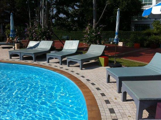 Cera Resort Chaam: pool område med de bløde solsænge