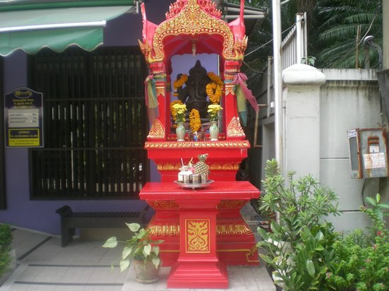 Sawasdee Hotel @ Sukhumvit Soi 8: Buddha in front of the hotel