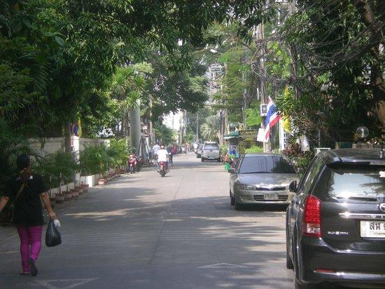 Sawasdee Hotel @ Sukhumvit Soi 8 : Street to the hotel, Soi 8