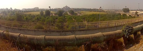 Akshardham Temple: From the indside photos are not allowed, this is street vantage point and Delhi air quality.