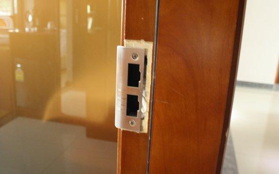 The Privi Hotel: Die Tür wurde wohl vor unserem Aufenthalt bereits aufgebrochen oder eingetreten. Wenig Vertrauen