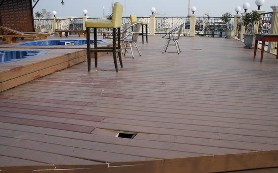 The Privi Hotel: Die Dachterrasse sollte nicht betreten werden, da sie massiv einsturzgefährdet ist. Keine Warnhi