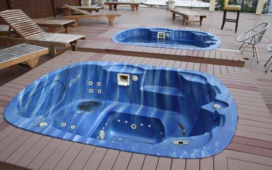 The Privi Hotel: Die Whirlpools auf der Dachterrasse sind wohl schon länger außer Betrieb. Die gesamte Dachterras