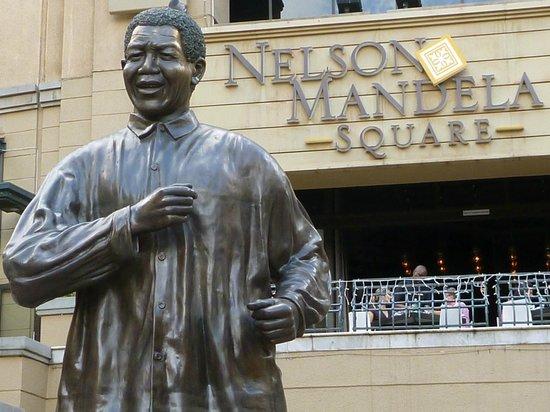 Garden Court Sandton City : Der Nelson-Mandela-Square mit dem bekannten Denkmal ist gleich nebenan