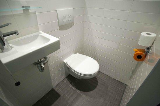 easyHotel Rotterdam City Centre : Toilet