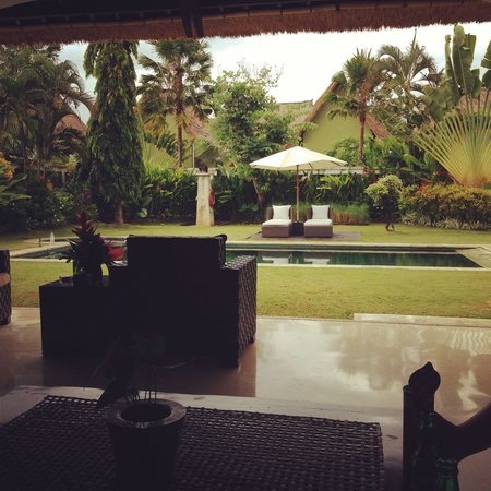 Villa Seminyak Estate & Spa : Relaxing in our outdoor area of the villa.... Gardens manicured daily to perfection