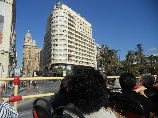 City Sightseeing Malaga: widok na trasie przejazdu-w tle katedra