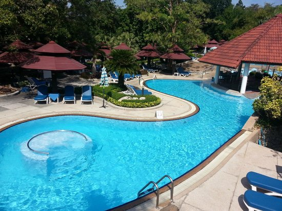 Royal Cliff Grand Hotel: Swimming Pool at the Fitz Club