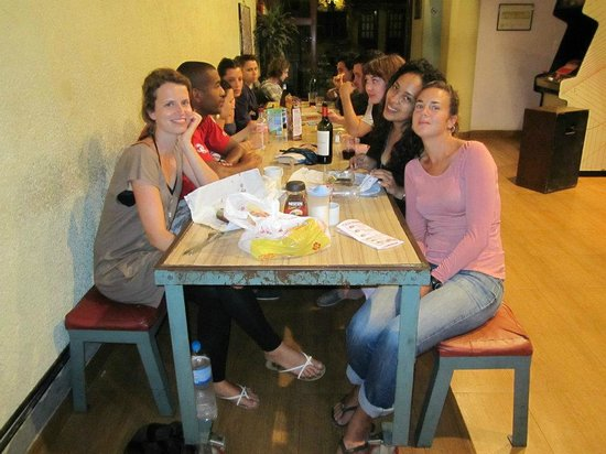Puerto Limon Hostel: El comedor, un lugar donde puedes hacer muchos amigos