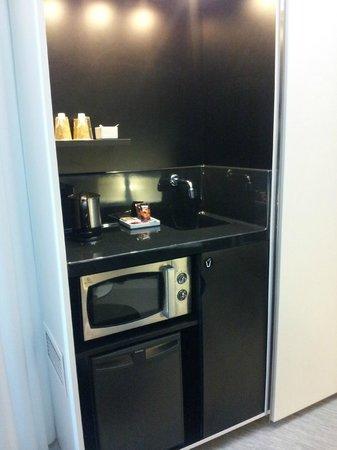 Novotel Suites Malaga Centro : Zona microonde e caffettiera