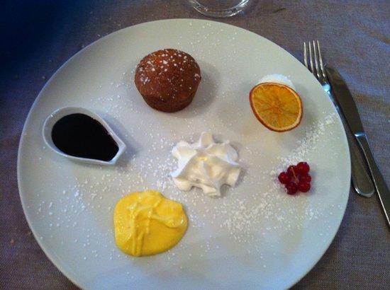 Albergo Trattoria Alle Castrette Restaurant: Tortino di nocciole con salsa alla vaniglia e cioccolata