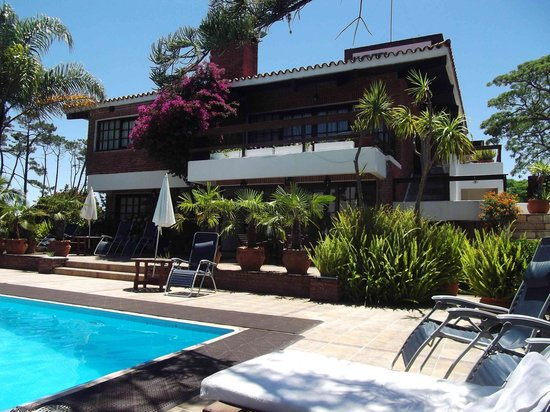 Hotel Camelot: Poolside Camelot Hotel Punta del Este