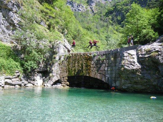 Mountain Live, canyoning in Trentino: tuffo travà