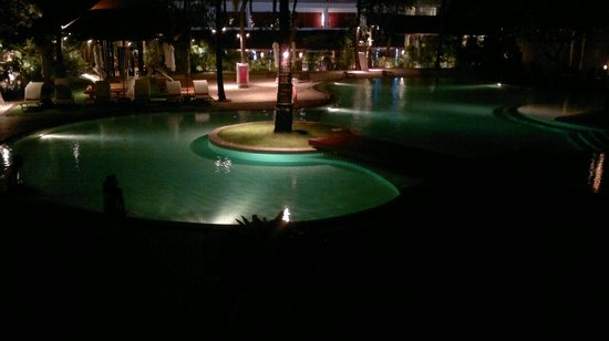 Palm Beach Hotel Phuket : Vista noturna da piscina central