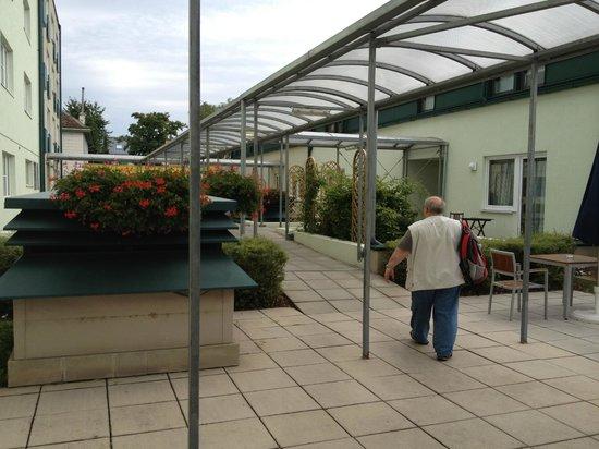 Park Inn by Radisson Uno City Vienna: Путь в номер через внутренний дворик