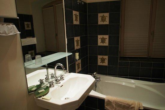 Hostellerie du Chateau : Salle de bain