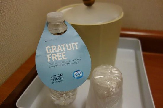 Four Points by Sheraton Toronto Airport: Free water
