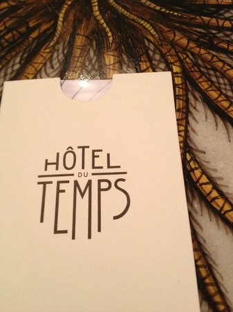 Hotel du Temps: coffee table and room key