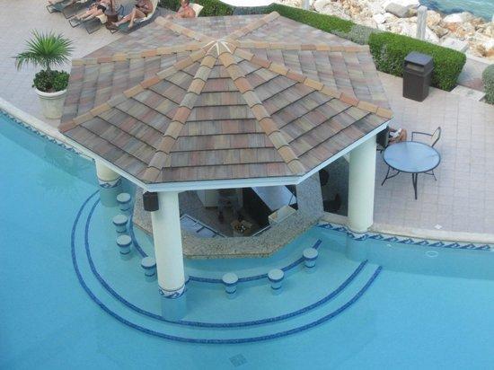 The Villas at Simpson Bay Beach Resort & Marina : Swim up bar from the lobby
