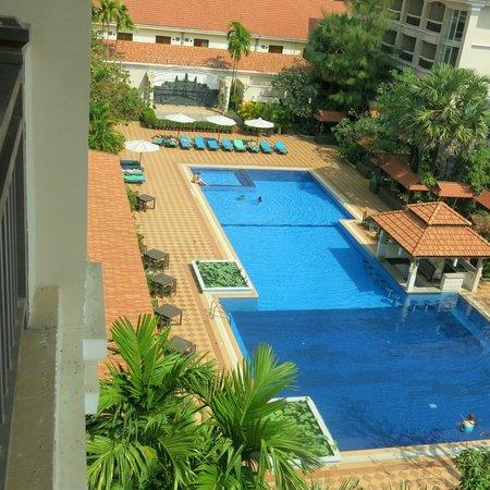 Hotel Somadevi Angkor Resort & Spa: Бассейн с 4 этажа