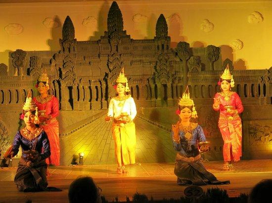 Hotel Somadevi Angkor Resort & Spa : Местные девушки